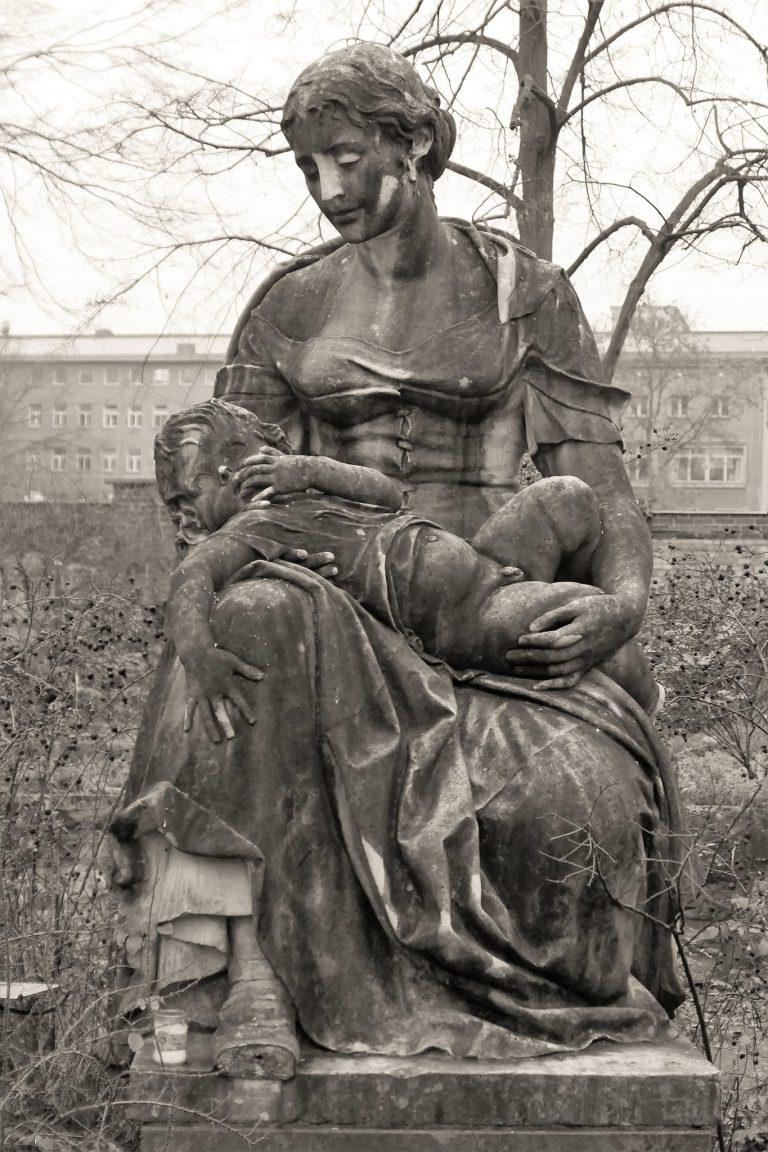 """Read more about the article Skulptur """"Mutter mit Kind"""" von Edmund Gomansky"""