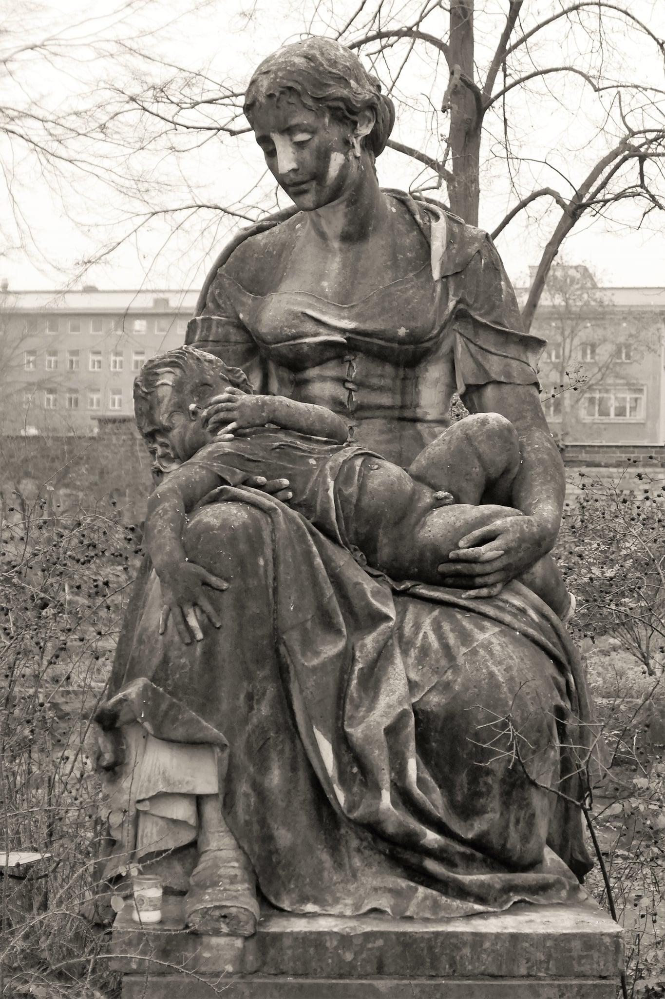 """You are currently viewing Skulptur """"Mutter mit Kind"""" von Edmund Gomansky"""